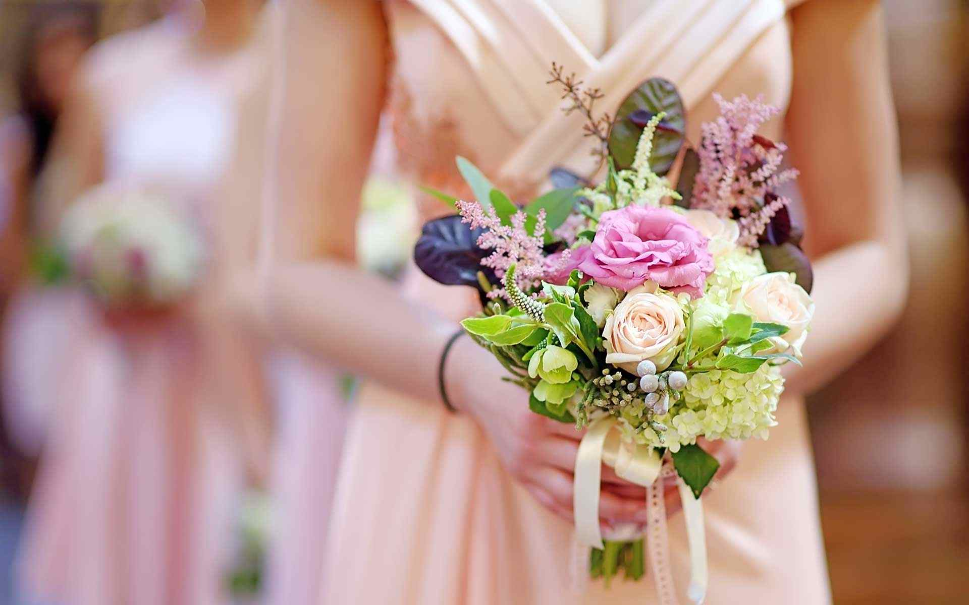 This-Bouquets-Exudes-Romance-And-Elegance-With-A-Pop-Of-Fun-And-Chic-Flair