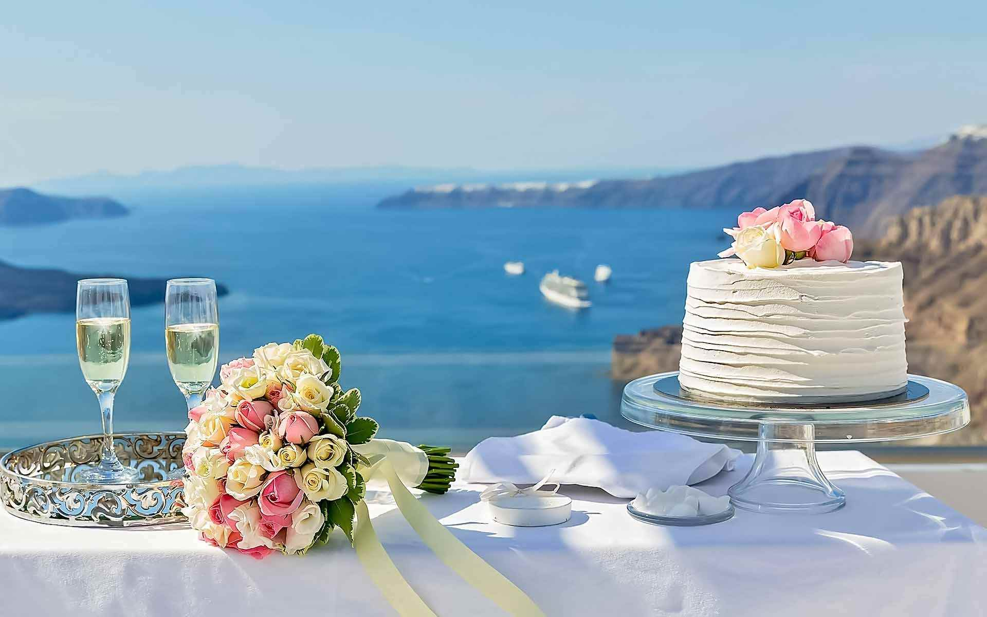 A-Breathtaking-View-And-Champagne-For-Two-Perfect-Spot-For-Newlyweds-Cake-Cutting