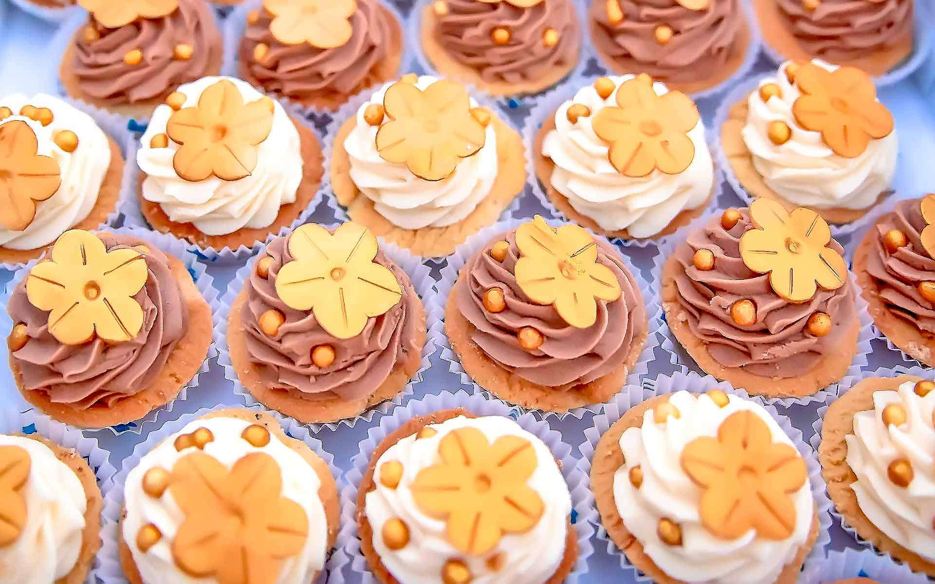 Gorgeous-Wedding-Cupcake-Design-With-Gold-Wrappers-by-Diamond-Events