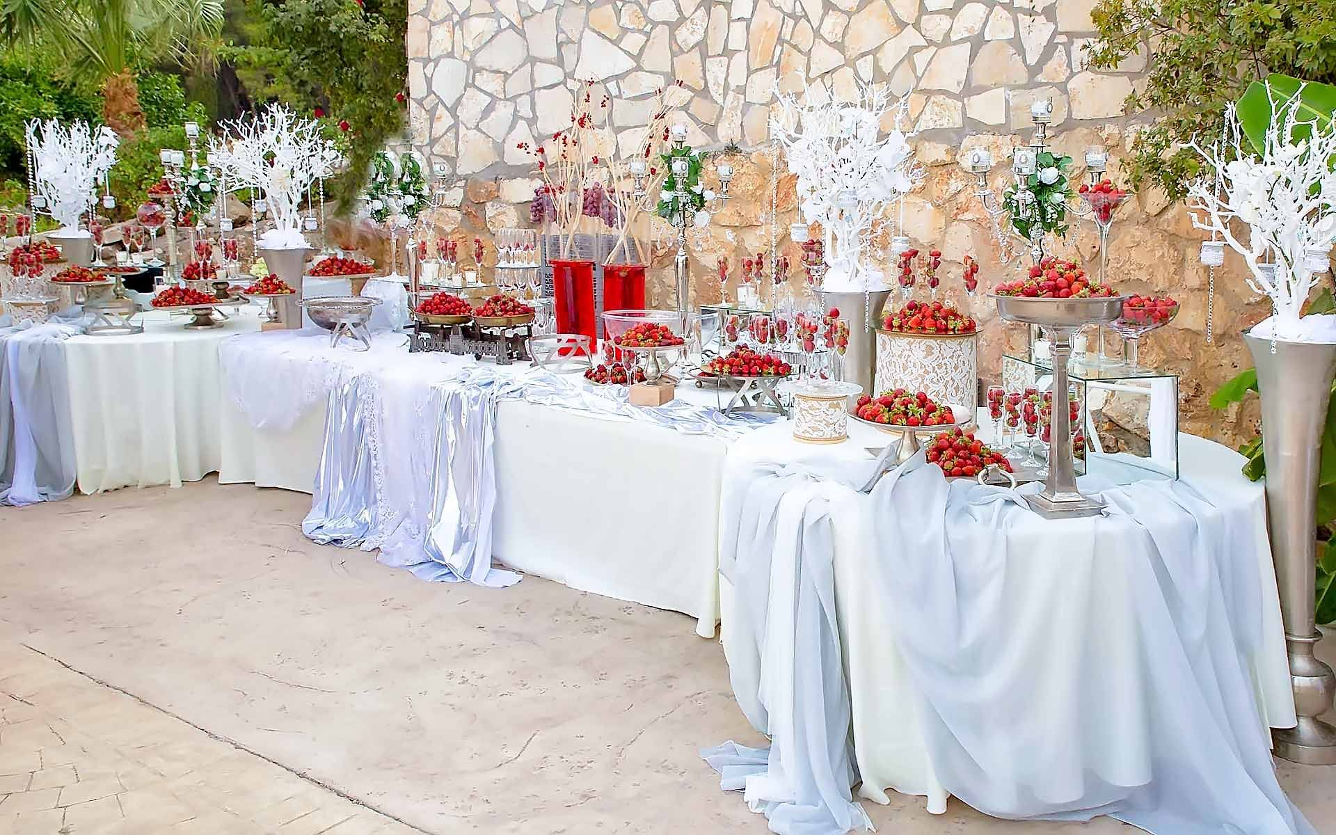 Impressive-Buffet-With-Strawberries-Champagnes-by-Diamond-Events