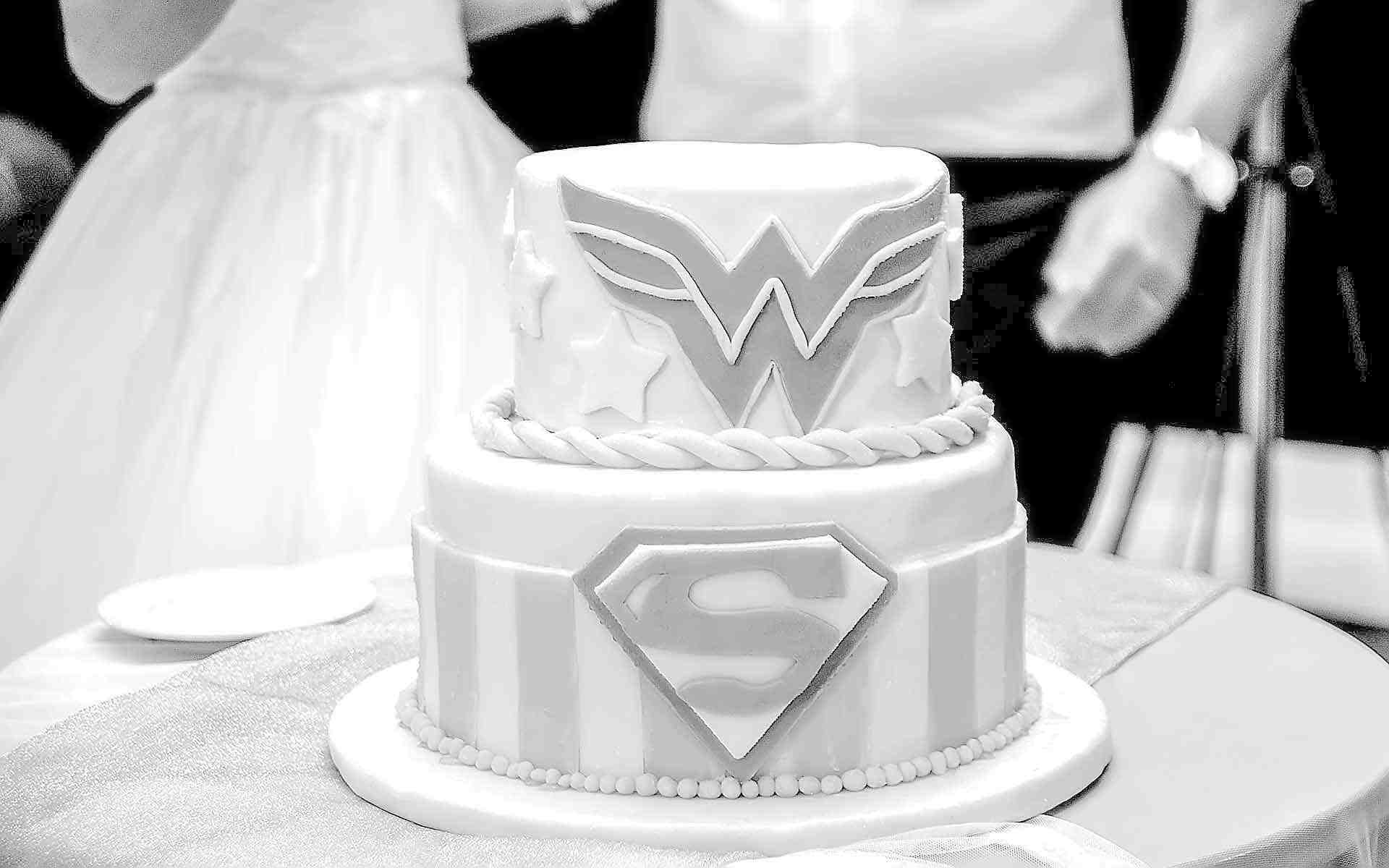 Wedding-Cake-With-Wonder-Woman-For-The-Bride-Superman-For-The-Groom