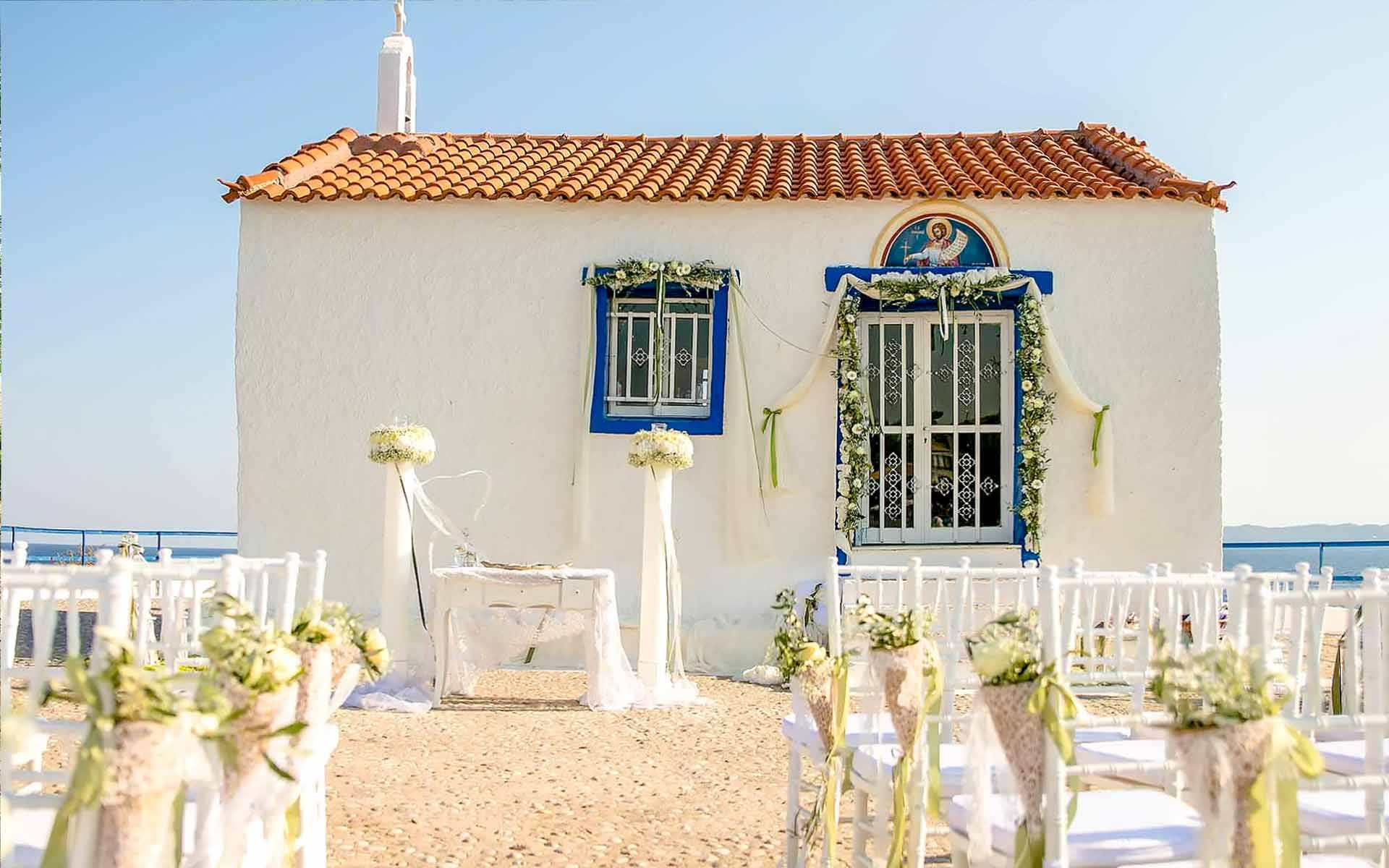 Diamond-Events-suggests-white-laces-flower-compositions-and-and-really-beautiful-view-in-Mykonos-for-your-Greek-Style-Wedding