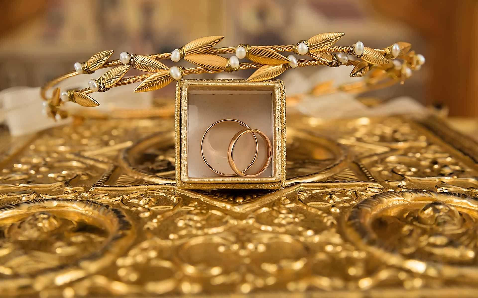 Greek-ancient-gold-Crowns-and-the-rings-of-the-couple-in-the-Holy-Bible