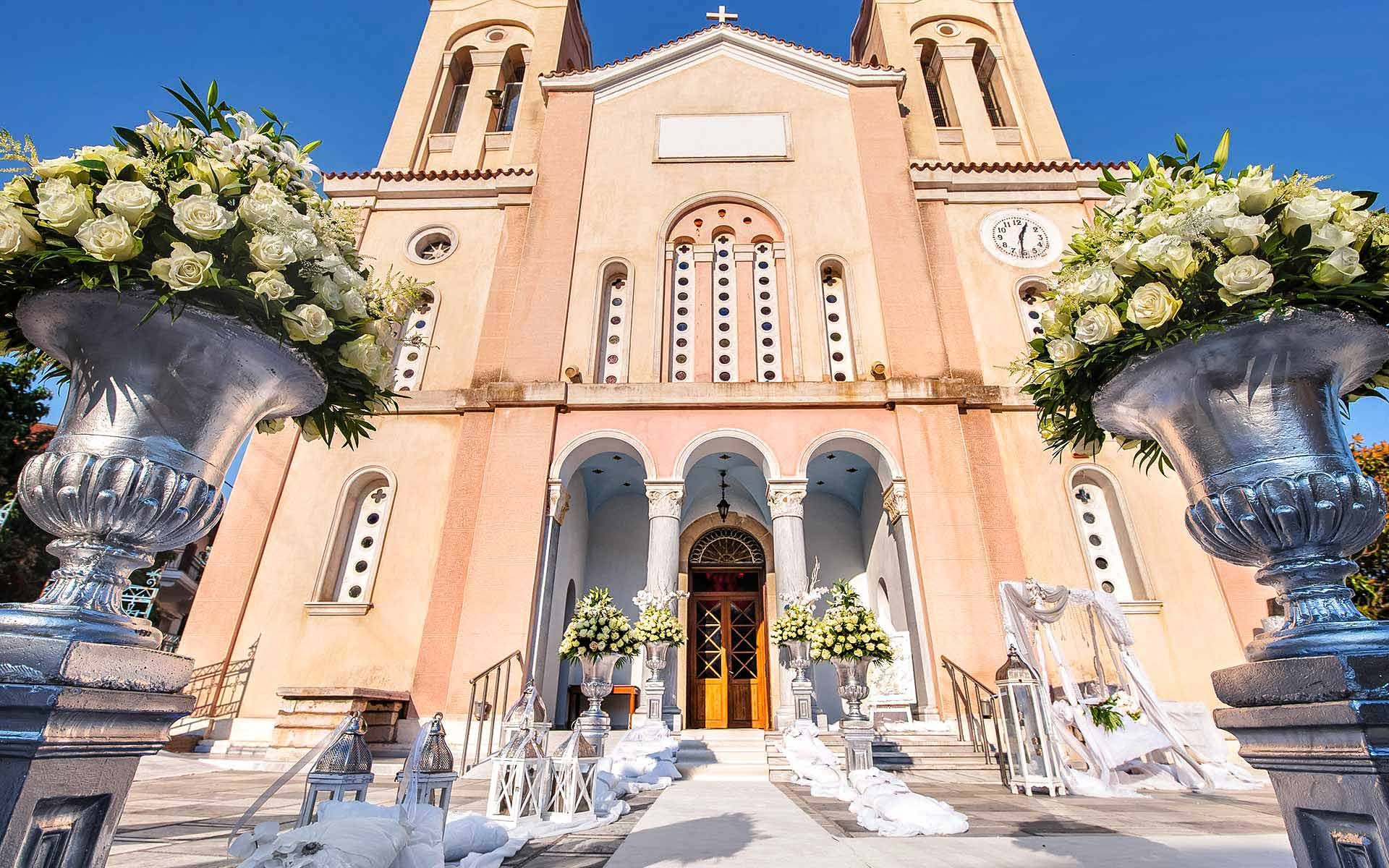 Luxurious-wedding-church-decoration-with-silver-urns-and-white-flowers-by-Diamond-Events