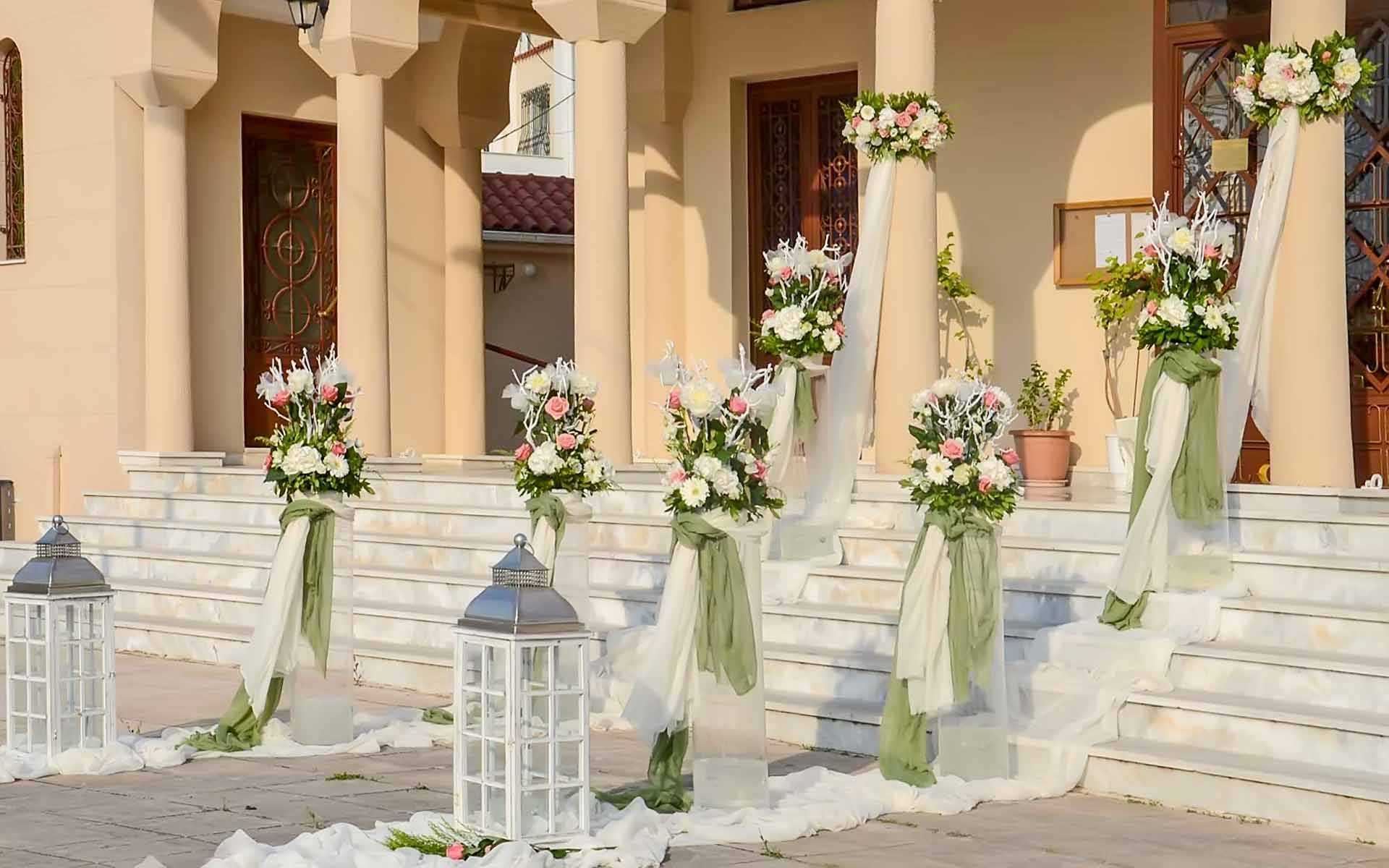 Simple-and-luxurious-decoration-on-the-steps-of-the-church-by-Diamond-Events