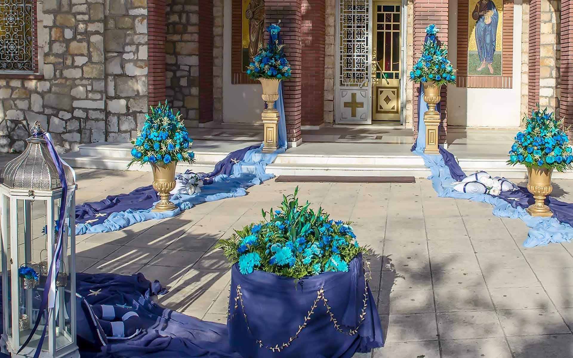 Golden-Columns-With-Flowers-In-Shades-Of-Blue-by-Diamond-Events-christening