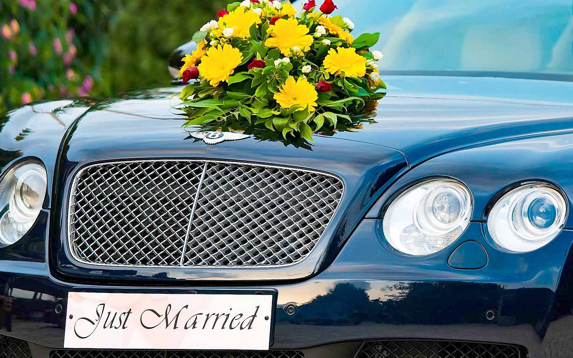 Just-Married-Sign-With-Bouquet-In-A-Black-Bentley