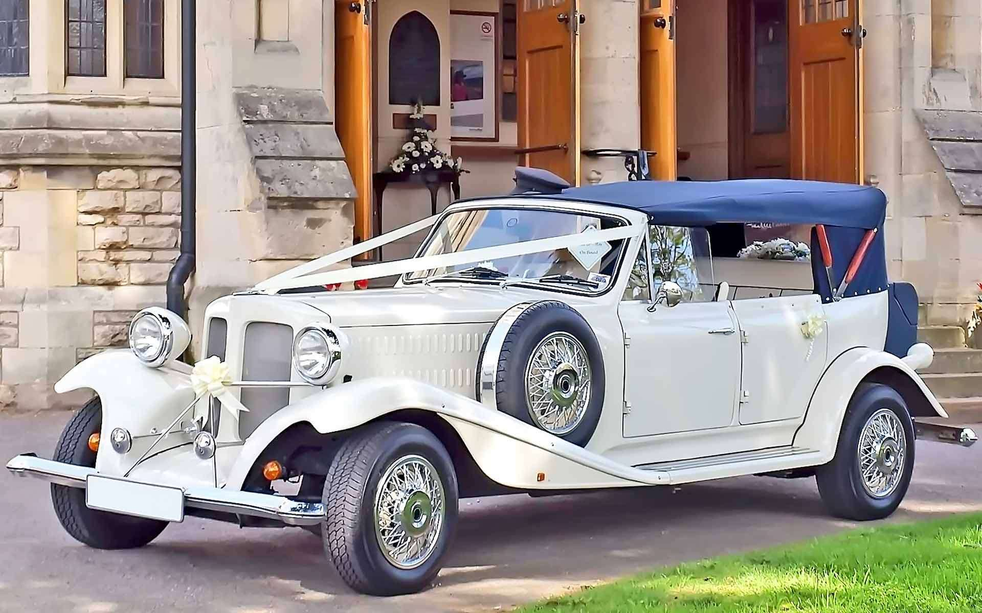 Vintage-Cars-Are-A-Unique-Way-To-Travel-To-And-From-On-Your-Wedding-Day