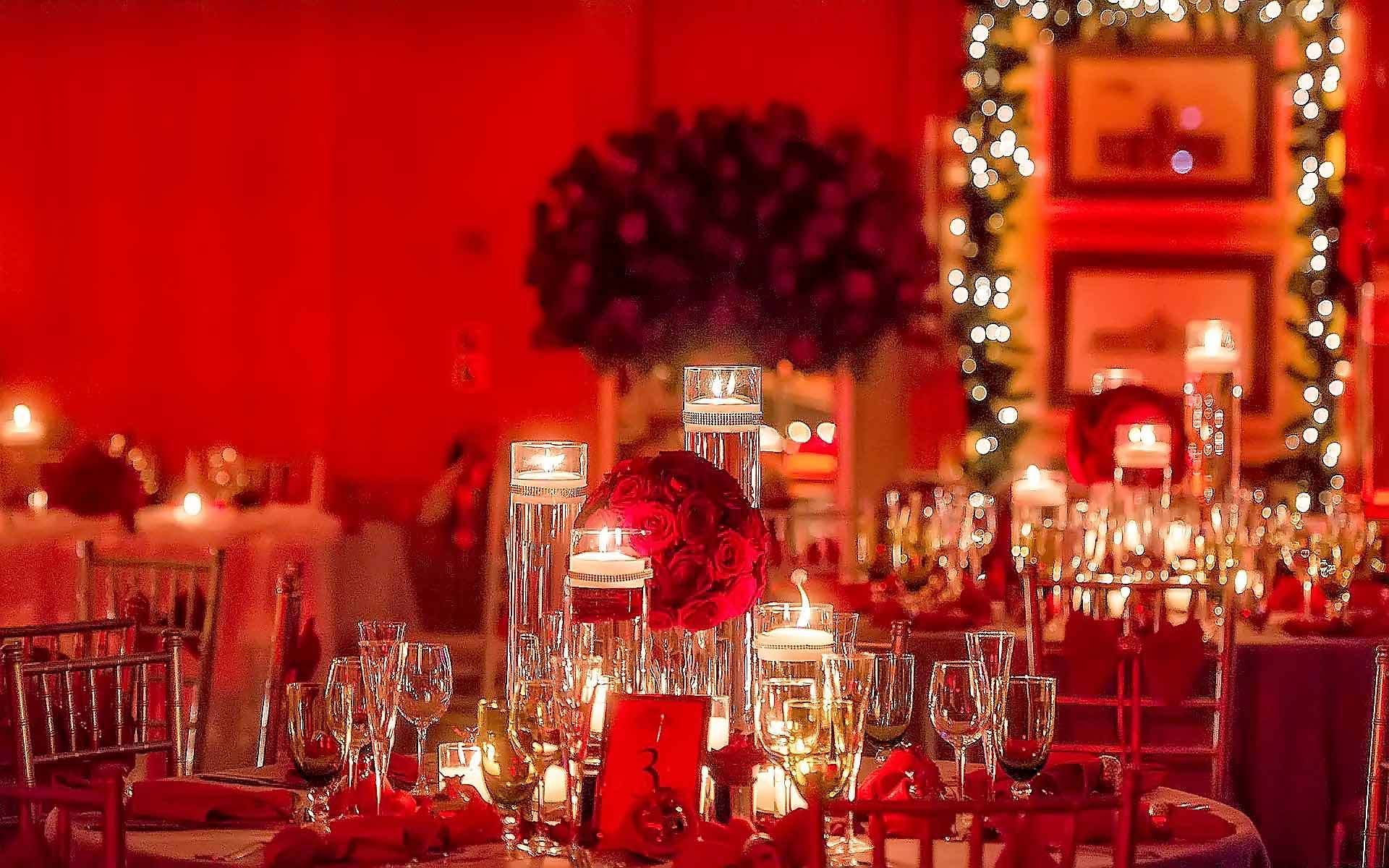 Awesome-christmas-wedding-table-set-up-decoration-in-red-and-gold