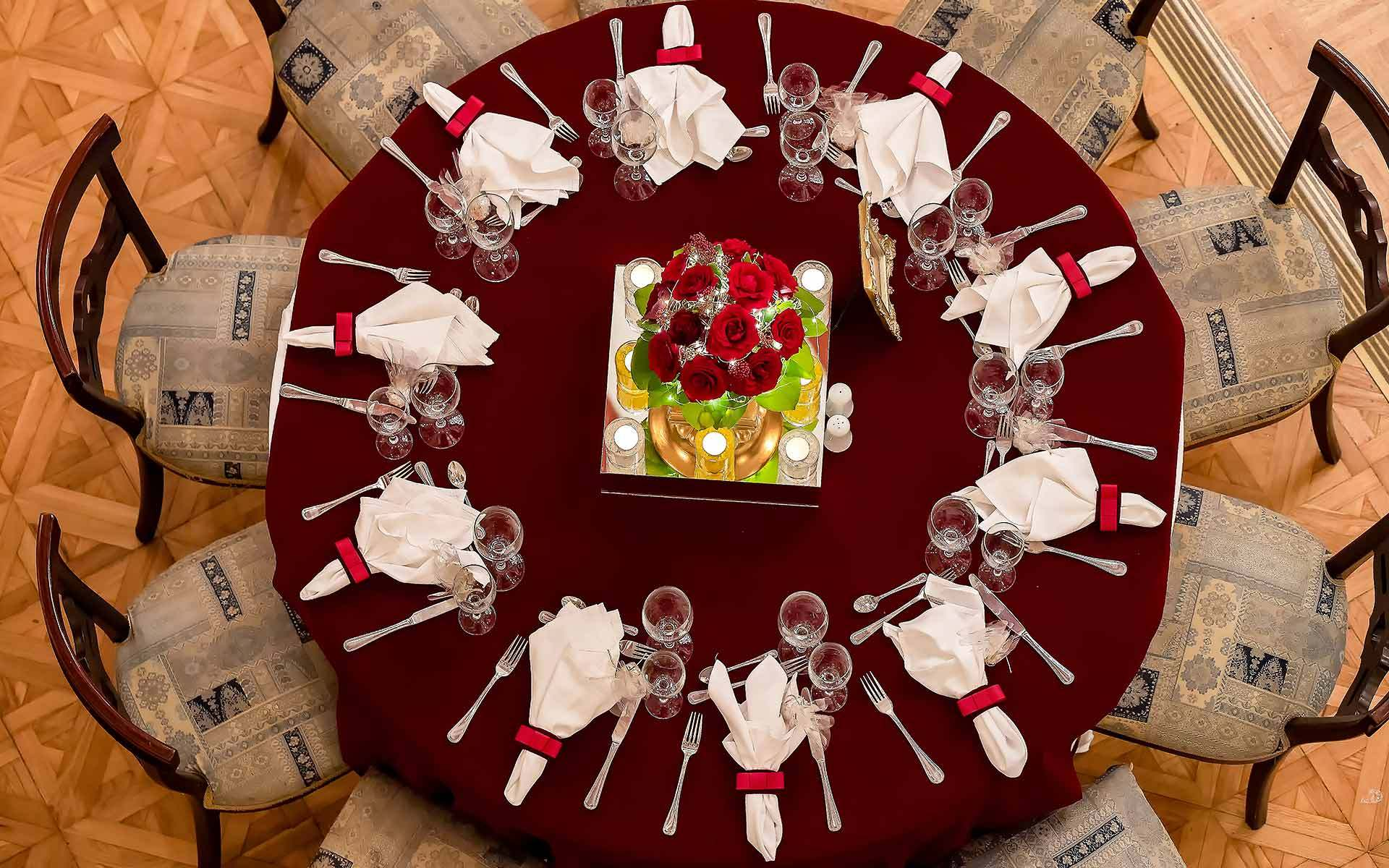 Christmas-wedding-table-set-up-in-Bordeaux-tablecloth-and-red-roses