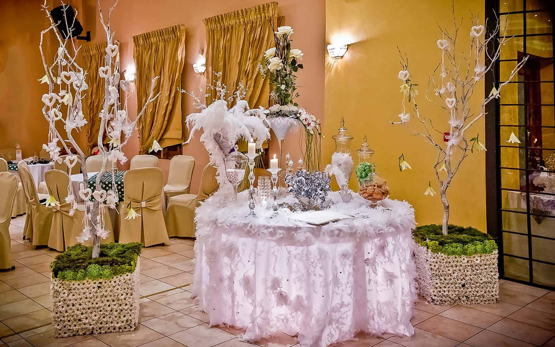 Glamorous-Trending-Wedding-Guest-Book-Sign-in-Table-Decoration-with-white-feathers