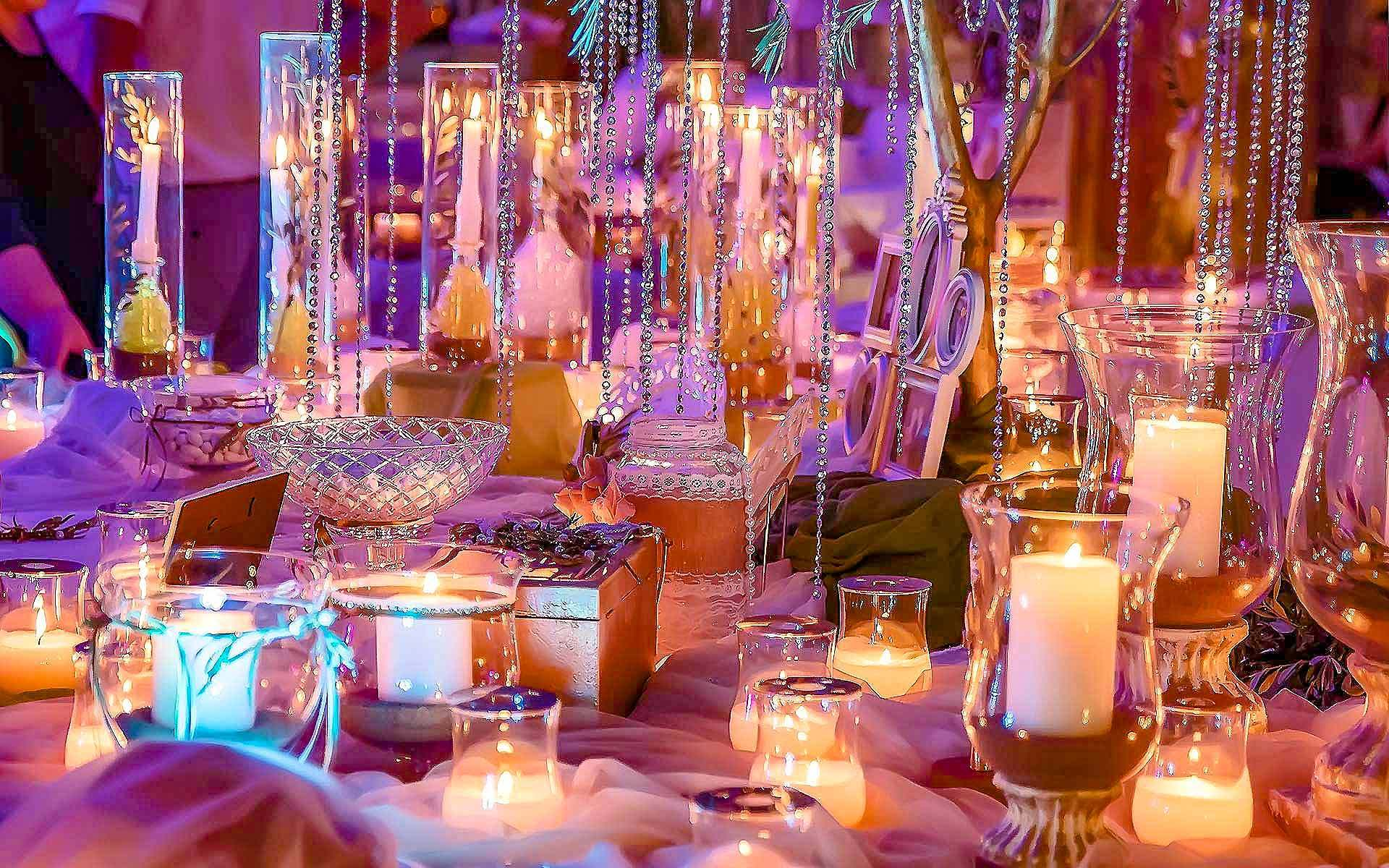Lighting-With-Candles-And-Vases-For-A-Romantic-Wedding-Decoration