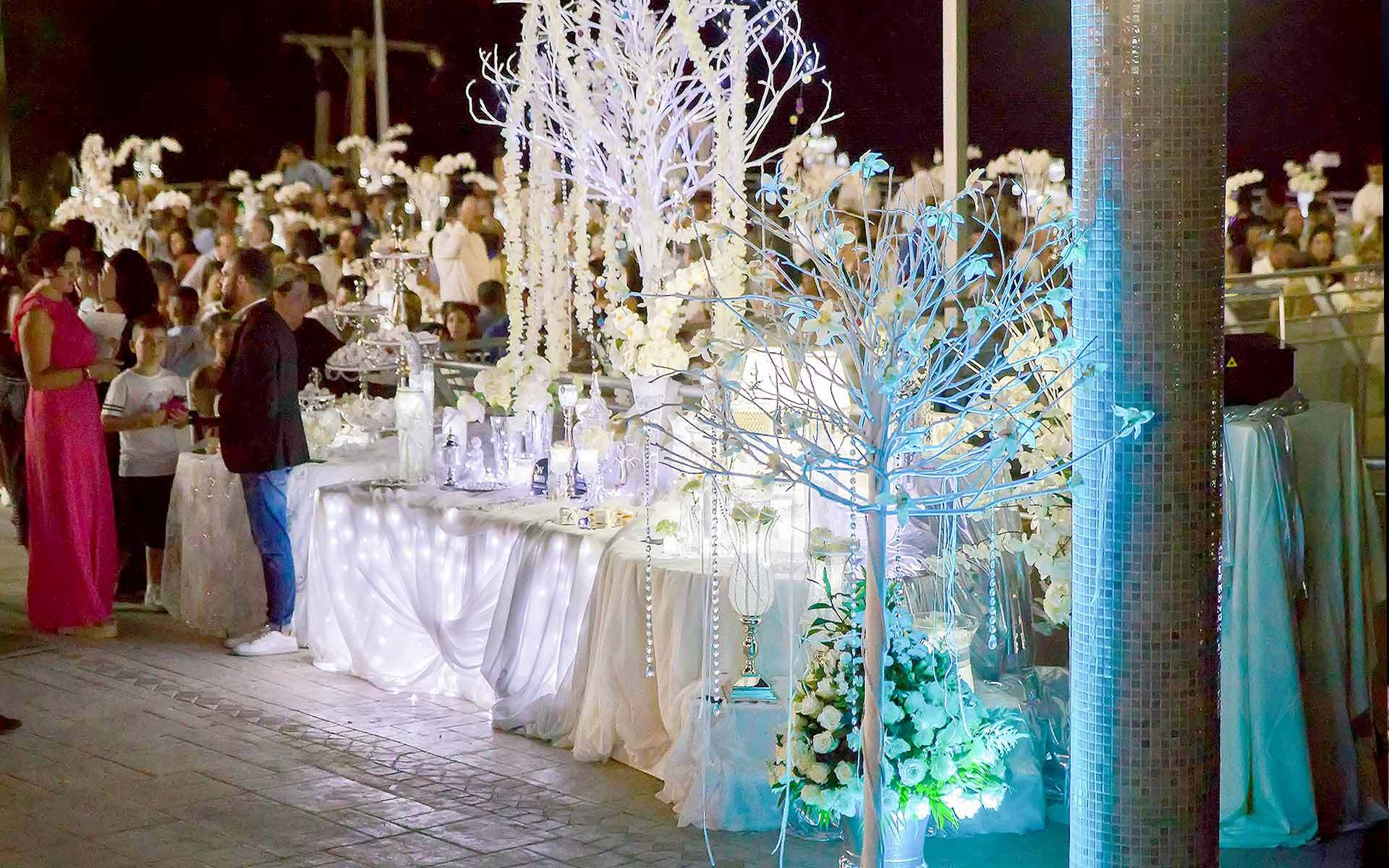 Minimalist-wedding-guest-book-table-by-Diamond-Events