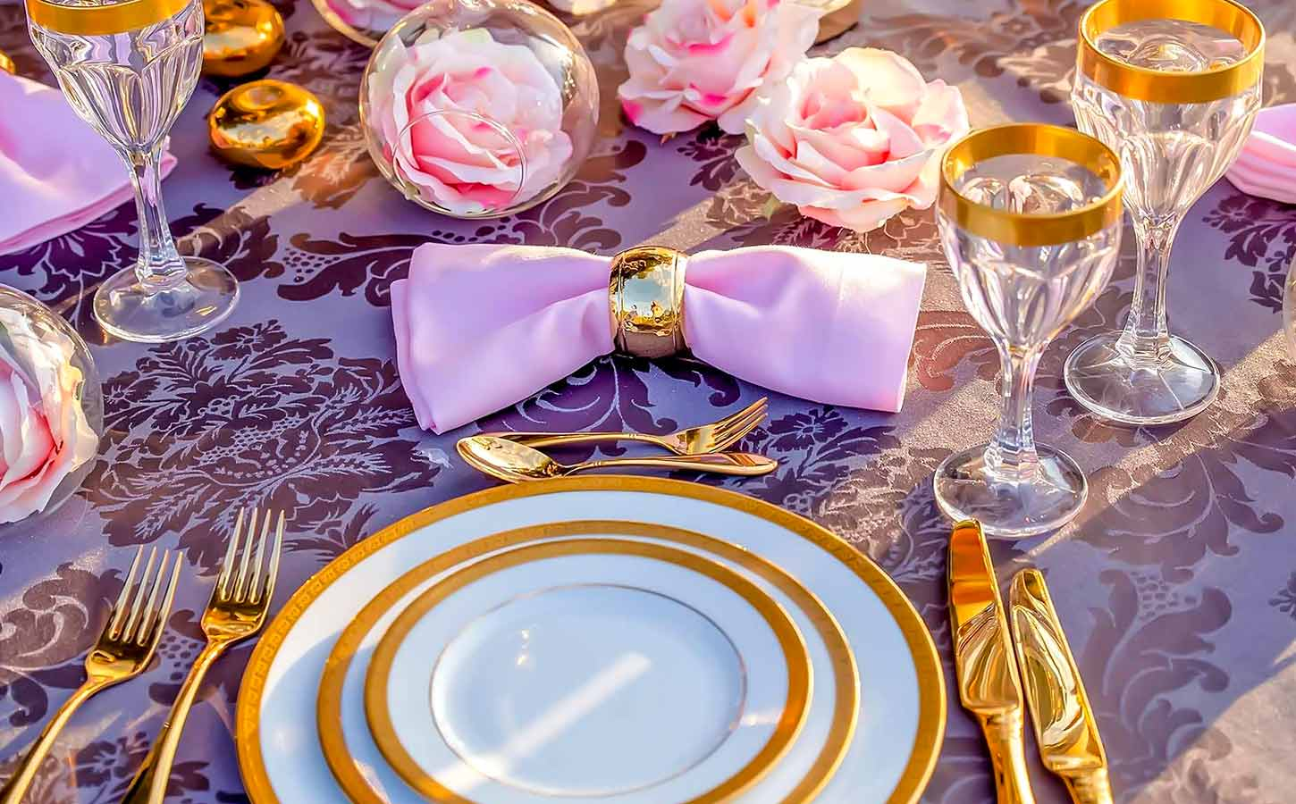 Luxurious-Gold-fairy-tale-wedding-Table-Setting-diamond-events-luxury-wedding-planner