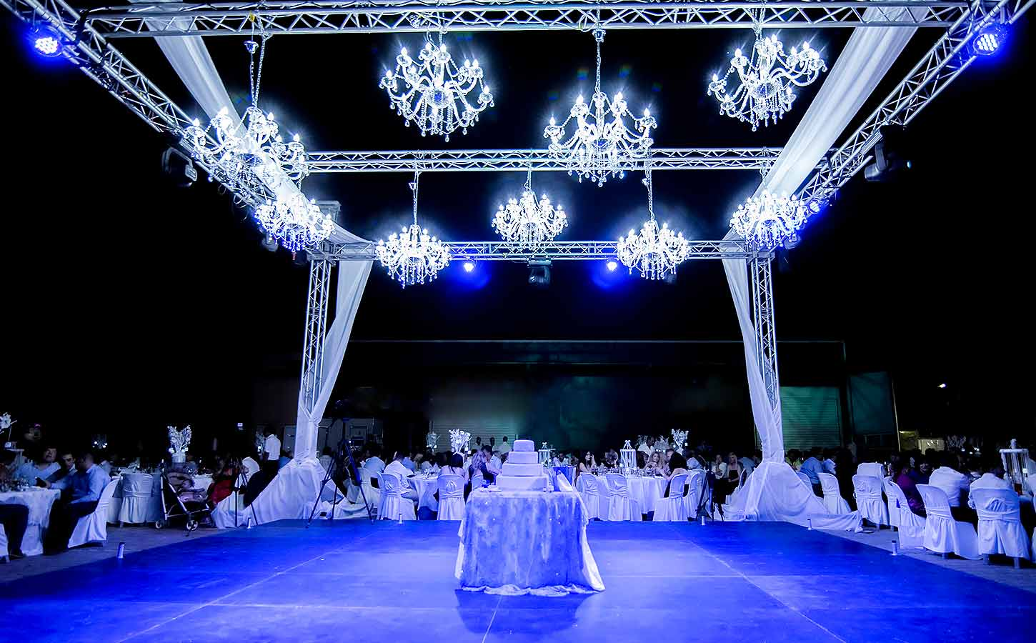lighting-with-chandeliers-and-blue-lights-by-luxury-events